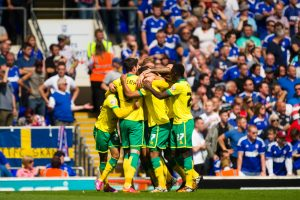 Norwich City players celebrate the goal of Lewis Grabban, 0-1